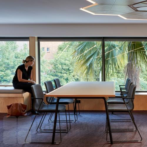 FourSure kantinestol på meder med indersidepolstring, til mødelokalet