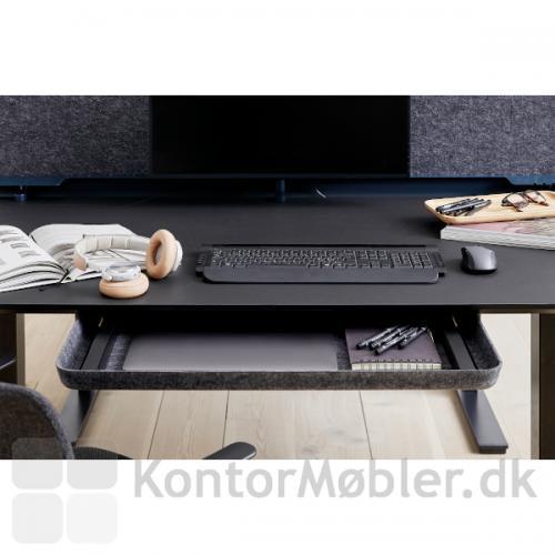 Filt skuffe i APTO serien til montering under skrivebord, fremstillet i bæredygtige materialer.