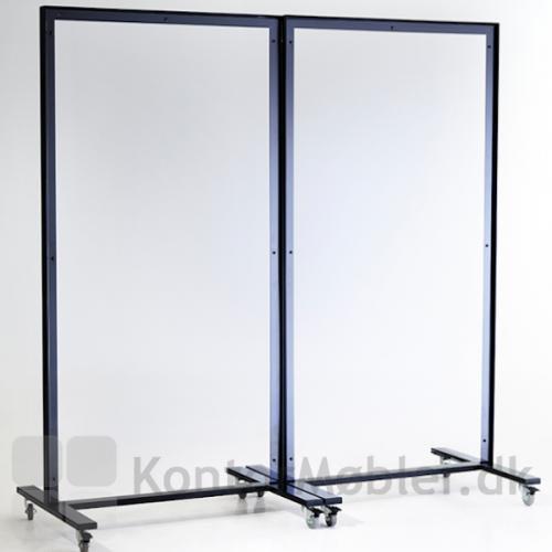Skærmvæggen er gennemsigtig og fylder ikke meget i rummet.