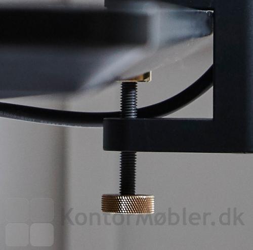 Monitorholderen fastsættes på dit skrivebord med den medfølgende multiklemme.