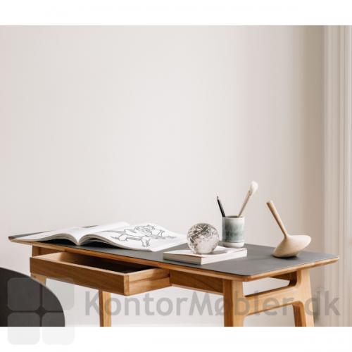 Freya smalt skrivebord i egetræ med linoleums bordplade i sort.