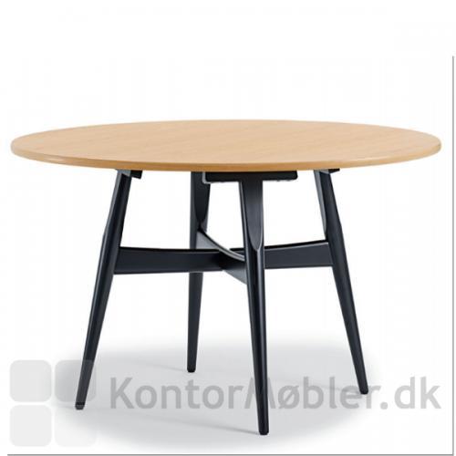 Wegner - Rundt mødebord i klassisk design med bordplade i eg og stel i sortbejdset eg.