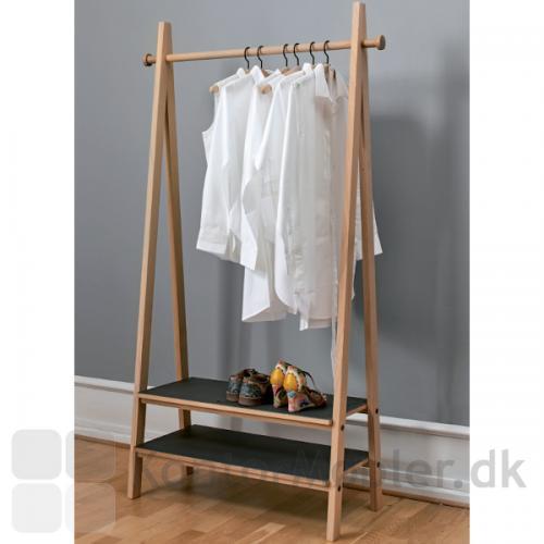 Timber garderobe fra Getama designet af Friis og Moltke. Med plads til overtøj og sko. Materialer og design i høj kvalitet, som holder i mange år.