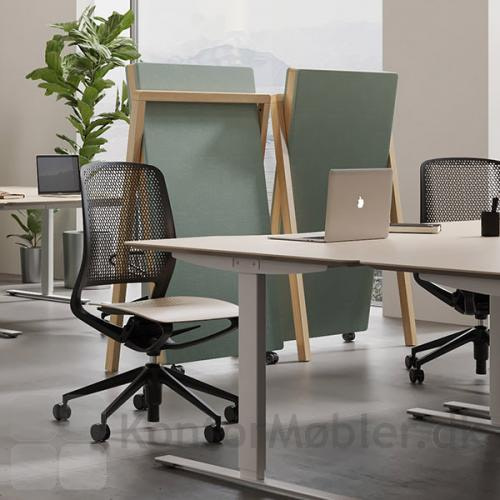 Lyddæmpende design gulvskærm fra Dencon, perfekt til storrums kontorer