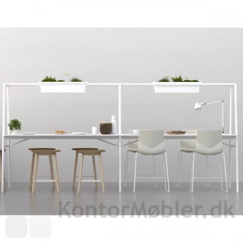 Four Sure 90/105 barstol i hvid med hvidt stel. Sat sammen med Four Real A miljøbord.