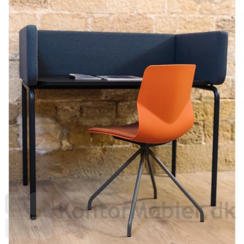 Four Sure 11 mødestol med sædepolstring og ben i varm grå.