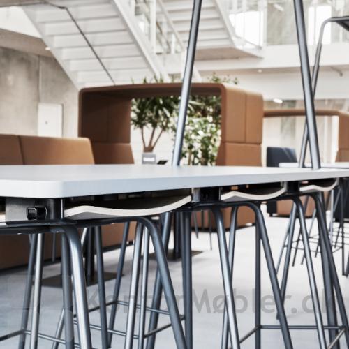 Stoleophæng som passer til alle borde, her er det Four Stool taburet som er ophængt