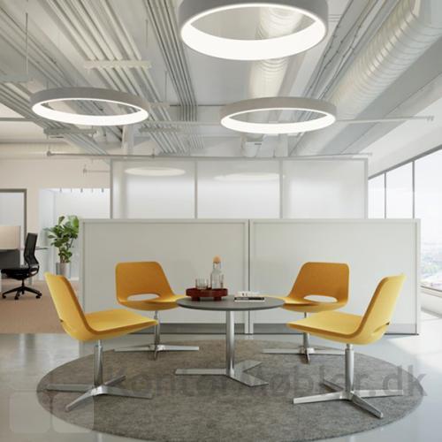 Frigg Lounge stol med gul polstring, én af de mange farver som stolen kan laves i.