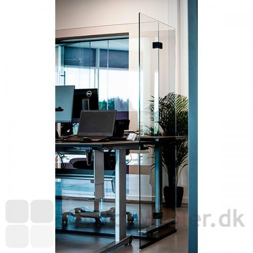 Glasafskærmning til skriveborde som er næsten usynlig på det åbne kontor