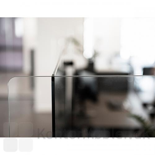 Elegant og minimalistisk skærmvæg, med 8mm hærdet glas