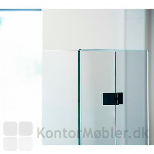 Skaber sikkerhed mod smitte, mens kontakten til kollegaerne bibeholdes via det gennemsigtige glas