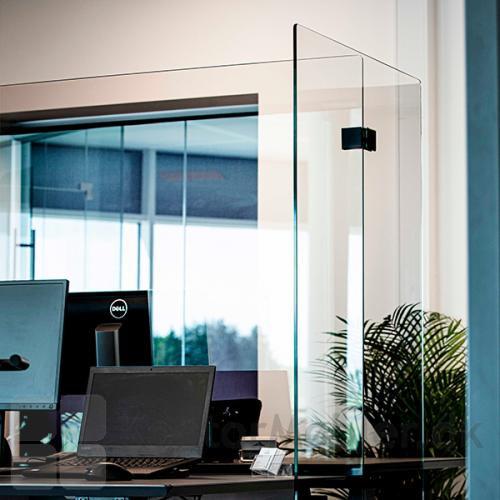 Glasafskærmning til skriveborde har en super flot finish med polerede kanter og afrundede hjørner
