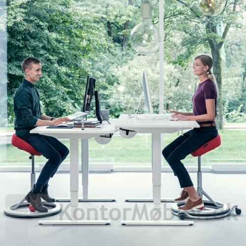 Back App 2.0 Ergonomisk saddel sæde kan vælges med hjulsæt. BackApp stolen står løst på hjulsættet