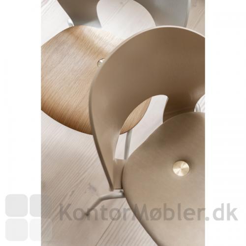 Magnus Olesen Ø Chair - varianten NATURE: beige stel, mokkafarvet ryg og læderpolstret sæde med messing skrue (model 2030 L4)