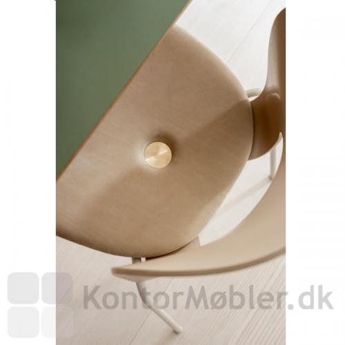 Magnus Olesen Ø Chair - her i varianten NATURE med sædepolstring i beige læder (model 2030 L4)