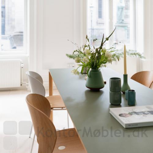 Magnus Olesen Ø Chair er super smuk som spisebordsstol i hjemmet, evt. sat sammen i flere versioner (model 2030 L1 og L3)