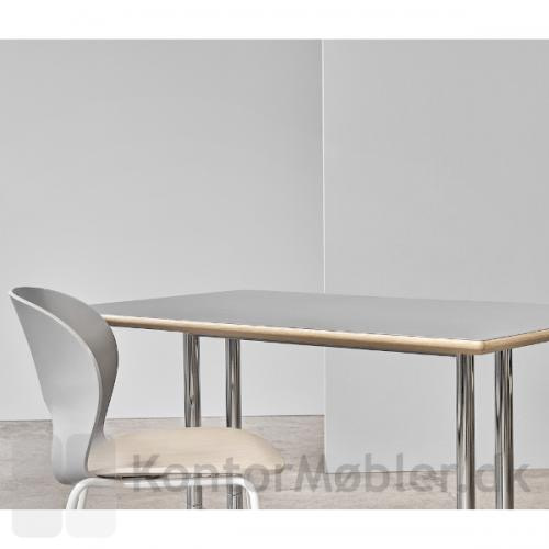 Magnus Olesen Ø Chair (model 2030 L1), her i grå, med hvidt stel og sæde i eg.