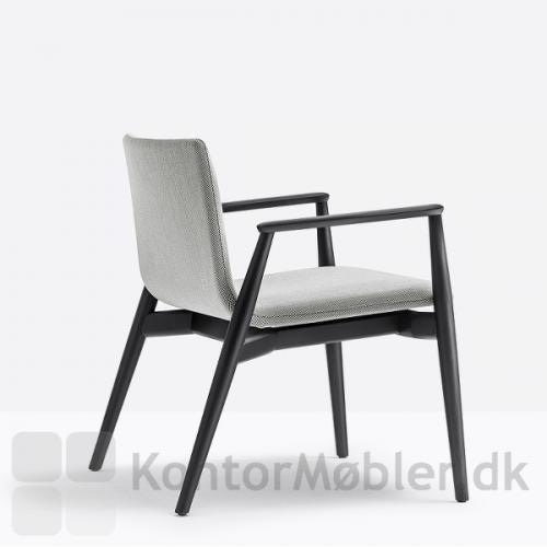 Malmö loungestol med stofpolstring og med sortbejdset stel