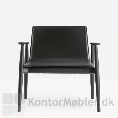 Malmö loungestol med sortbejdset stel og polstret med regenereret læder