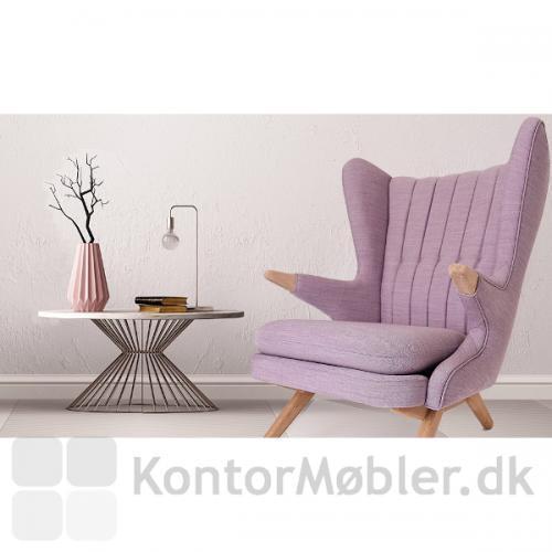 Bamsestolen i en fræk violet polstring samt træ i sæbebehandlet eg.