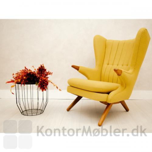 Bamsestolen med gul polstring og træ i lakeret eg.