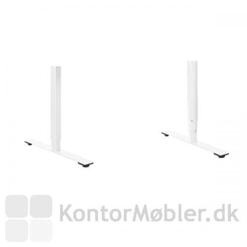 Delta hæve-sænkebord i hvid laminat og med hvidt stel, med enten rundt 3 leddet søjle eller rektangulært 2 leddet søjle.