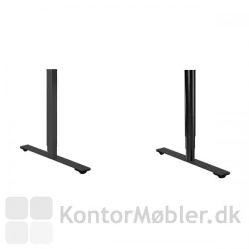 Delta hæve-sænke bord i blå linoleum og med enten rundt eller firkantet stel i sort.