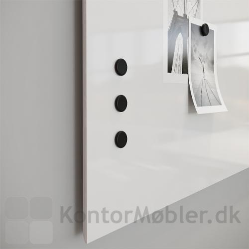 Whiteboard Air med fasede kanter, hvilket giver tavlen et svævende udtryk