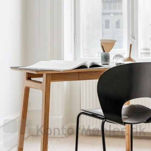 Freya skrivebord sammen med Ø stolen fra Magnus Olesen
