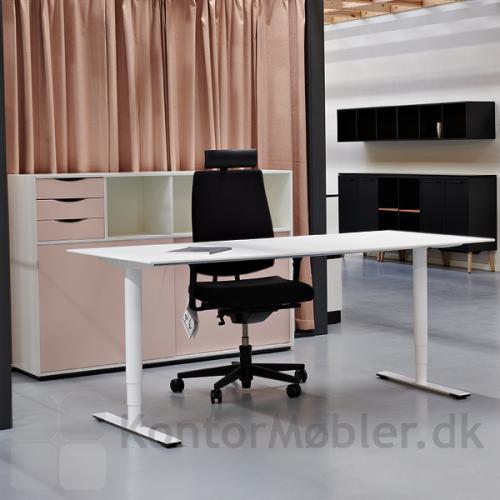 Delta hæve-sænkebord i hvid laminat fra Dencon med kabelgennemføring og kabelbakke. Et super enkelt og stilrent bord.