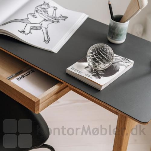Freya smalt skrivebord i massiv eg, er Dansk design i høj kvalitet