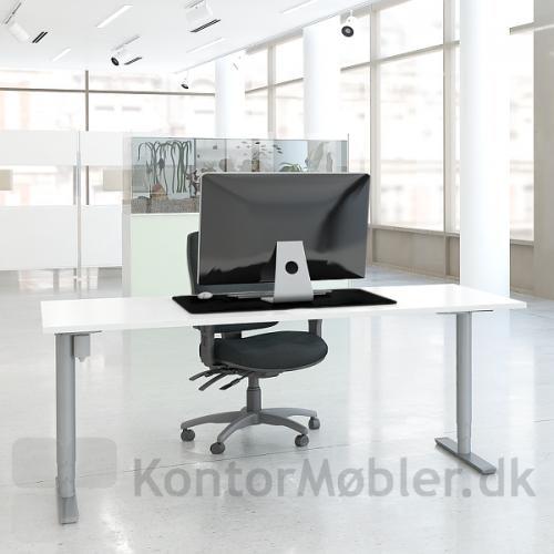 Conset 501-49 hæve sænke bord med runde søjler, placeret midt på foden