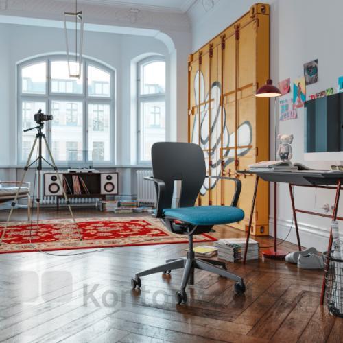 LIM kontorstol er perfekt til hjemmearbejdspladsen med sin lidt mindre størrelse og moderne design. Her med sort stel og faste armlæn samt sædepolstring i blå.