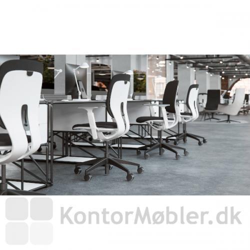 LIM kontorstol ses her med hvidt stel og sort polstring. Stolen er flot både på kontoret og i hjemmet.