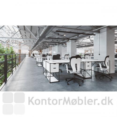 LIM kontorstol i et kontormiljø, med hvidt stel, justerbare armlæn og sort sæde- og rygpolstring.