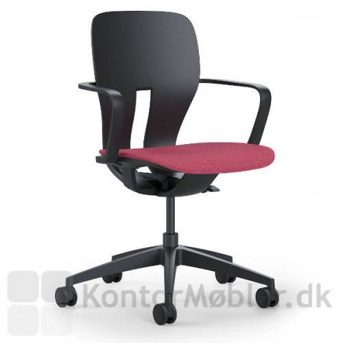 LIM kontorstol med sort stel og faste armlæn. Rød sædepolstring.
