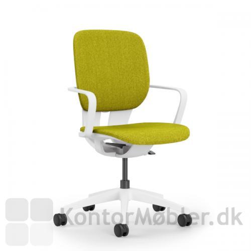 LIM kontorstol med hvidt stel og faste armlæn. Gul sæde- og ryg polstring.