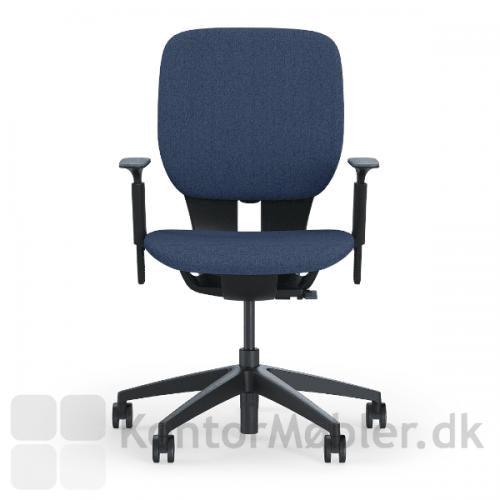 LIM kontorstol med blå sæde- og rygpolstring og sort stel med armlæn.