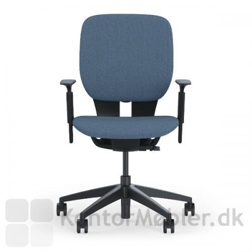 LIM kontorstol med lys blå sæde- og rygpolstring og sort stel med armlæn.