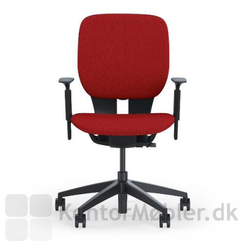 LIM kontorstol med rød sæde- og rygpolstring og sort stel med justerbare armlæn.
