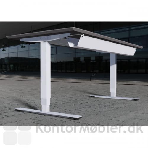 Delta hæve-sænkebord i hvid laminat med hvid kabelbakke, så der er styr på ledningerne