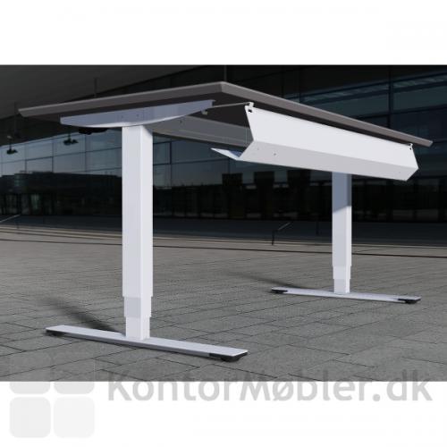 Delta hæve-sænkebord i hvid laminat med hvid kabelbakke der nemt kan åbnes