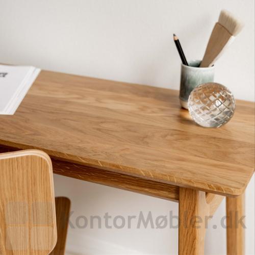 Freya smalt skrivebord i massiv eg, med bordplade i massiv eg