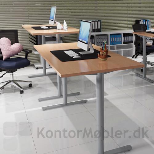 Conset 501-49 hæve sænke bord med silver ben og bordplade i bøg melamin