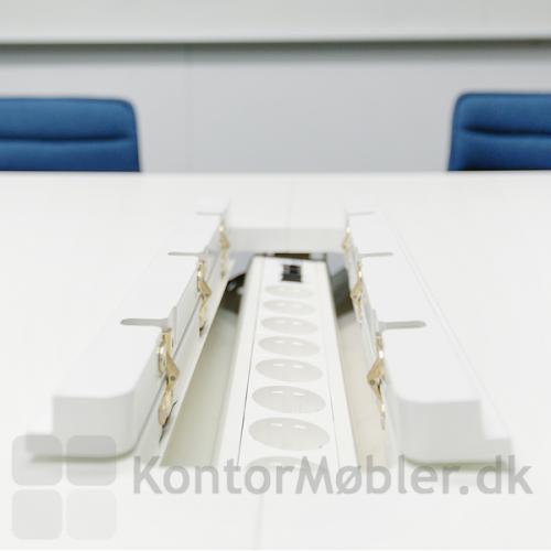 Videomøde bord med dobbelt kabelklap og kabelbakke giver mødedeltagerne nem adgang til opladning af digitalt devices