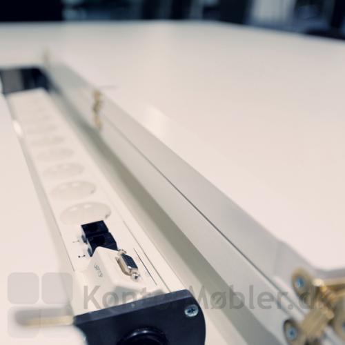 Videomøde bord med dobbelt kabelgennemføring og kabelbakke til strømforsyning