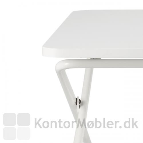 Minidesk fås i hvid eller sort og er meget rent i designet.