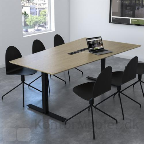 Videomøde bord med bordplade i finér og dobbelt kabelgennemføring i sort, samt sorte ben