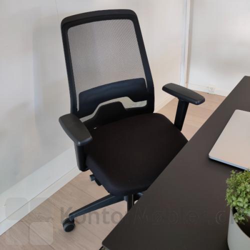 Every kontorstol med armlæn og netryg i kontormiljø