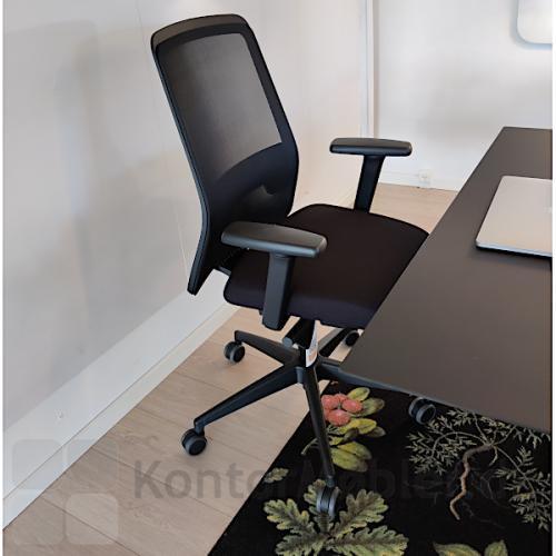 Every kontorstol med sort polstring, armlæn og netryg.